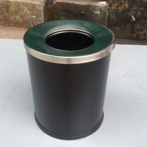 thùng rác đen nắp hở